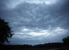 Ciel Champagnac-de-Belair 24530 Ciel perturbé, orageux et menaçant au matin après une nuit électrique (à Champagnac de Belair (24))