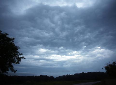 Ciel perturbé, orageux et menaçant au matin après une nuit électrique (à Champagnac de Belair (24))
