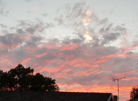 Des nuages rosés pour un magnifique coucher de soleil d'été