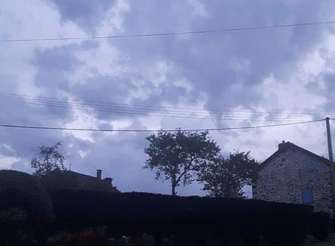 Jolis nuages et humidité sensible.