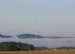 Insolite Penne-d'Agenais 47140 Vallée du Lot Penne d'Agenais 47140 Bande de brouillard sur la rivière Lot survolé par les Mongolfières
