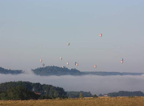 Vallée du Lot Penne d'Agenais 47140 Bande de brouillard sur la rivière Lot survolé par les Mongolfières