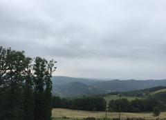 Pluie Najac 12270 Najac sous des nuages lourds.