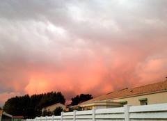 Ciel Brem-sur-Mer 85470 Le ciel rougeoie au-dessus des toits