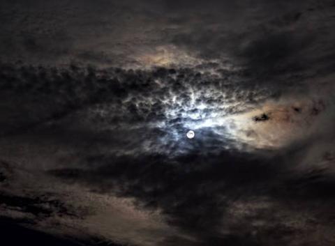 Lever de lune après un orage