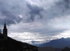 Nuages Reallon 05160 Grisaille matinale sur les montagnes embrunaises