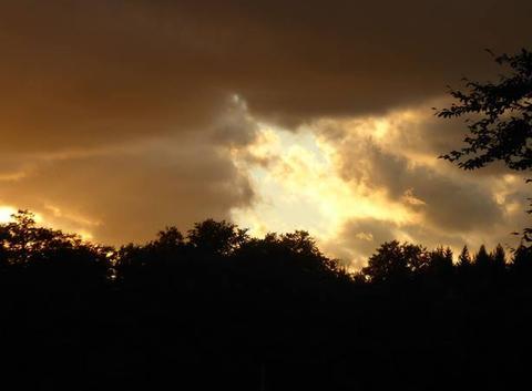 Le soleil va se coucher, et se cache derrière les nuages