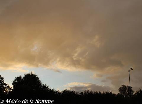 Quelques nuages au coucher de soleil ...