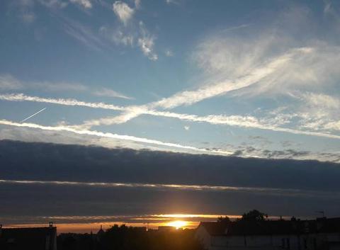 Coucher de soleil, nuage noir et ciel bleu !!!!