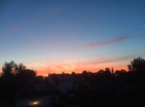 Lueur rouge orangé ce matin avant que le soleil se lève