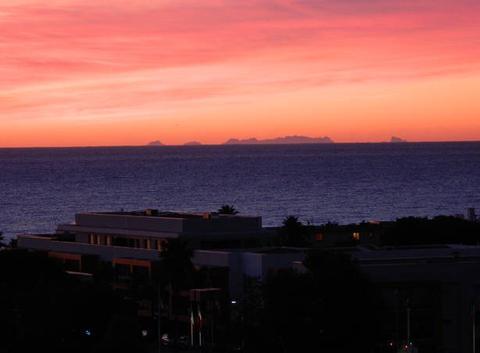 Lever soleil et vue sur la Corse ce matin à Villeneuve-Loubet plage
