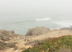 Brouillard Marinha Grande Vagues dans la brumé