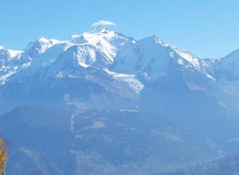 Petit nuage lenticulaire sur le Mont Blanc ...Grand beau temps toute la semaine sur les Alpes
