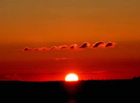 Coucher de soleil et nuages ondulatoires dits nuages de Kervin Helmholtz