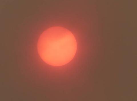 Le soleil rouge de la côte de granit rose