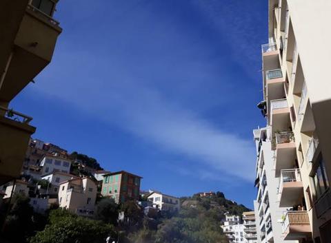 Gros ciel bleu avec nuage voilé