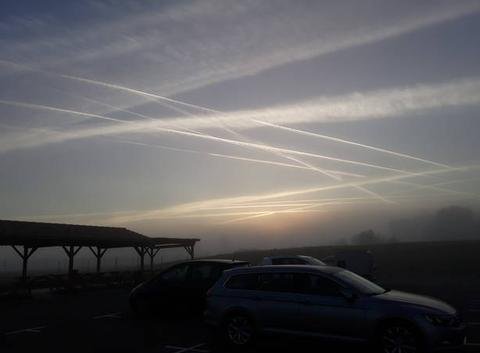Balai d'avions au levé du soleil avec un fond de brouillard