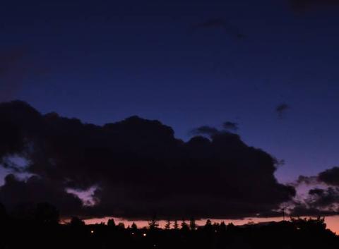 Masse nuageuse haut dessus de la ville