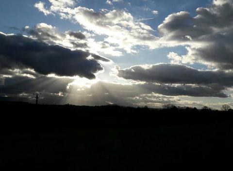 Le soleil derrière les nuage