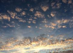 Nuages Plouha 22580 Les nuages colorés illuminent le ciel matinal de Plouha