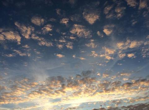 Les nuages colorés illuminent le ciel matinal de Plouha