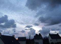 Ciel Plouha 22580 Apparition discrète du soleil caché par les nuages, Plouha