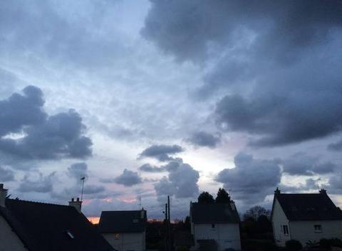 Apparition discrète du soleil caché par les nuages, Plouha