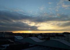 Ciel Lyon 69003 Un début de coucher de soleil sur une vague métallique