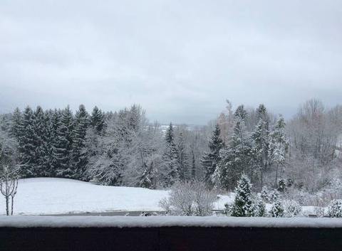 Vue de la route de la Magne.      Le lac d?Annecy est dans le brouillard.