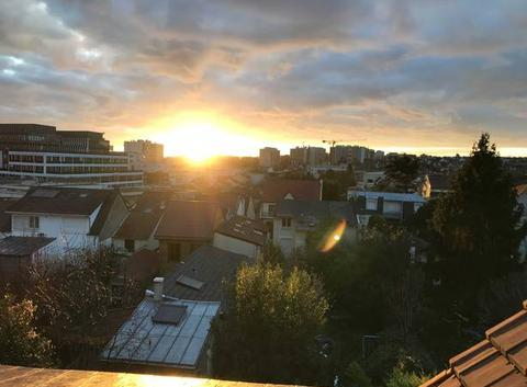 Levée du soleil sur les toits