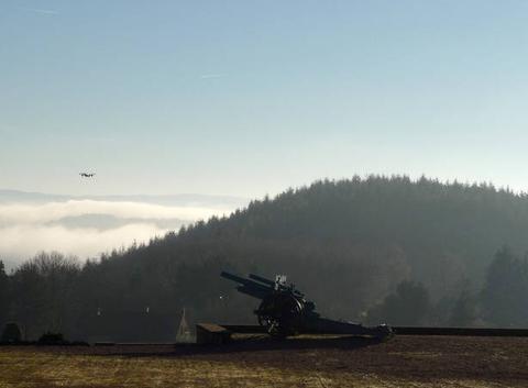 Vol de drône au-dessus d'un canon