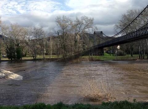 Rivière Allier gonflée et le Pont de fer