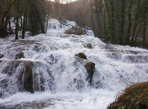 Ruisseau en crue dans le Jura