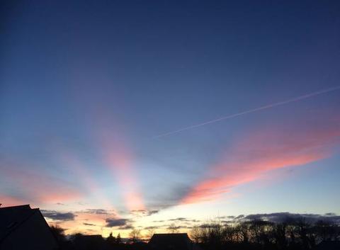 Des nuages colorés rayonnent dans le ciel