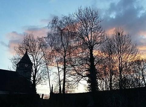 Coucher de soleil d'hiver derrière le clocher
