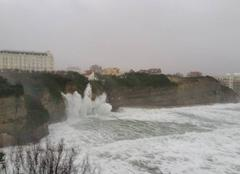 Tempête Biarritz 64200 QUAND UNE VAGUE DEVIENT FEU D'ARTIFICE