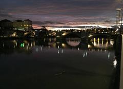 Ciel Romans-sur-Isere 26100 Ville de lumières au crépuscule sous un ciel violet