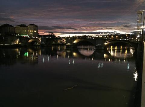 Ville de lumières au crépuscule sous un ciel violet