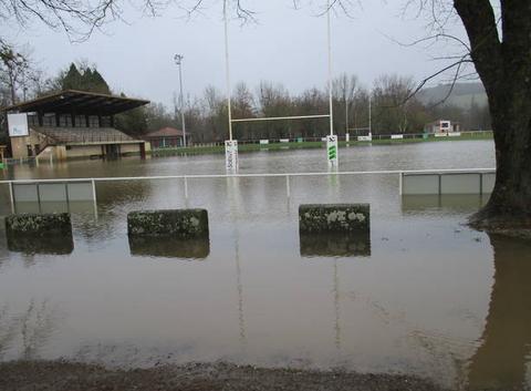 La stade de rugby de Maurs sous les eaux