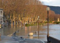 Ciel Tournon-sur-Rhone 07300 Le quai Farconnet innondée au soleil levant.