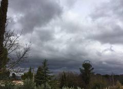 Ciel Fuveau 13710 Ciel très nuageux sur Fuveau, la pluie n?est loin.....