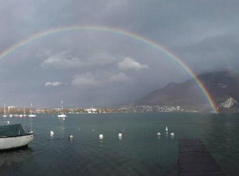 Arc-en-ciel sur le lac