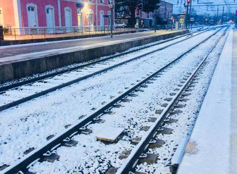 Rails enneigés à la gare de Sathonay Rillieux