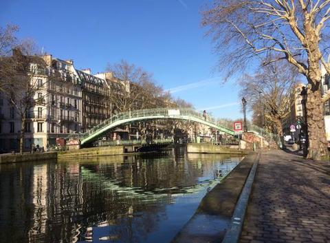 Ciel bleu et reflets dans l'eau, canal Saint Martin