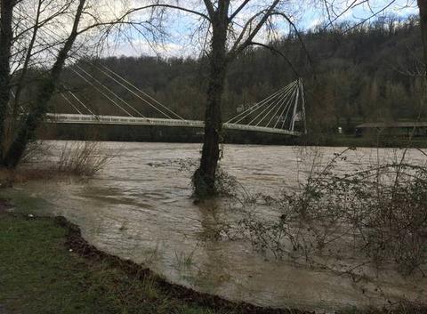 Crue du Gave de Pau après les pluies abondantes sur les Pyrénées Atlantique