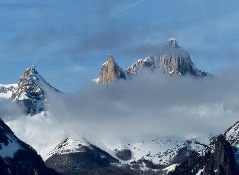 Aiguilles d'Ansabere voilées par des nuages