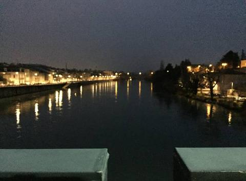 Les quais de nuit dans le froid glacial