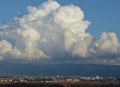 Nuages Cornas 07130 Gros nuage sur le contrefort du vercors.