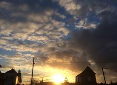 Ciel Plouha 22580 Le soleil se couche après avoir joué à cache-cache avec les nuages et la pluie.