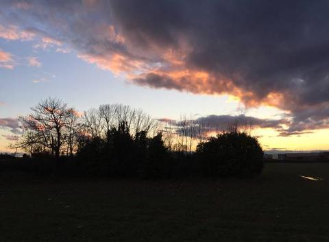 Ciel crépusculaire sur les champs environnants